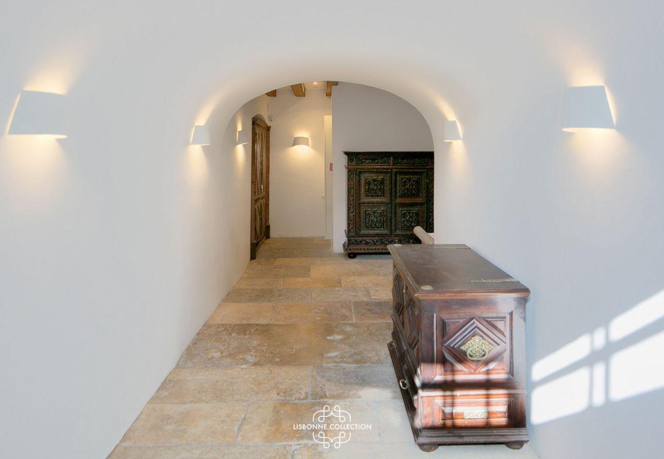 Hall d'entrée de luxe qui mène au duplex en location