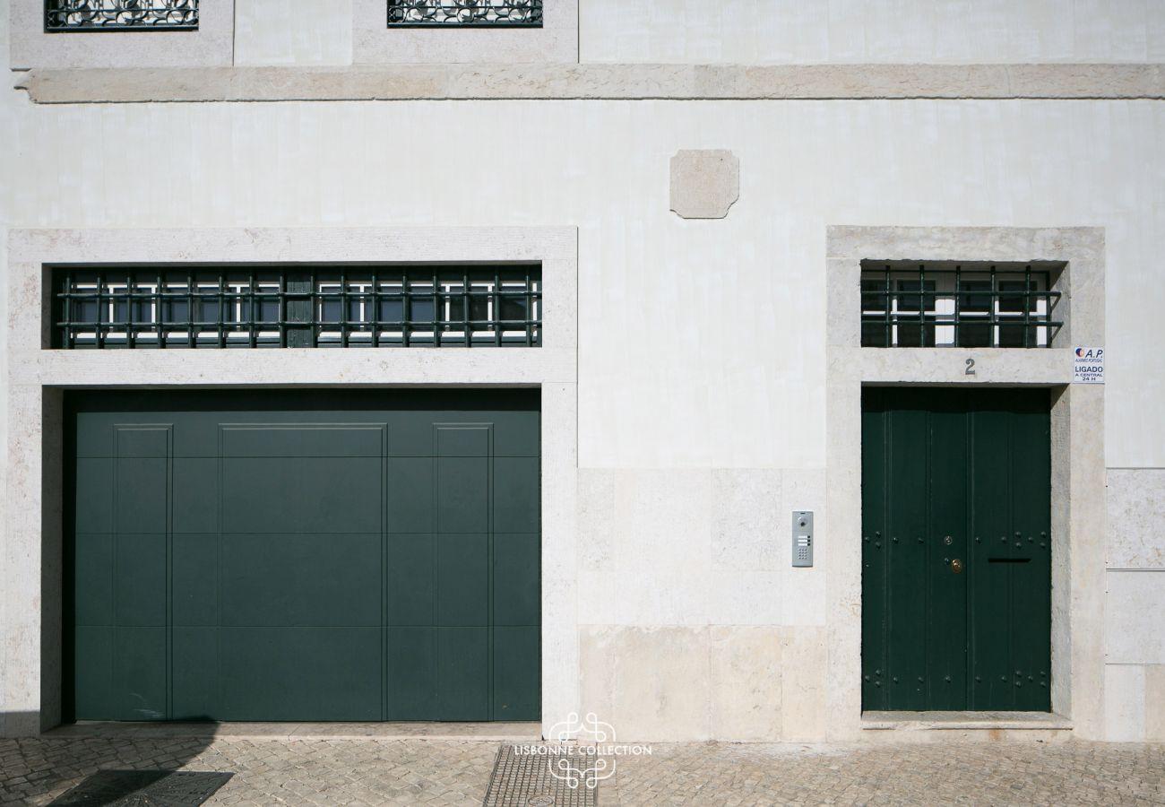 Porte du garage et porte d'entrée du bâtiment