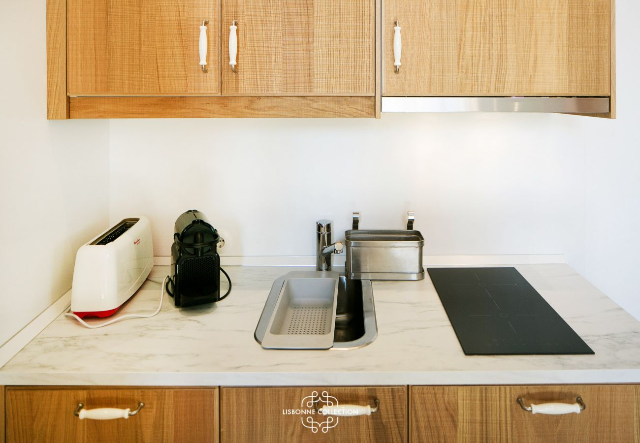Plan de travail de la cuisine avec plaque électrique, grille-pain et cafetière