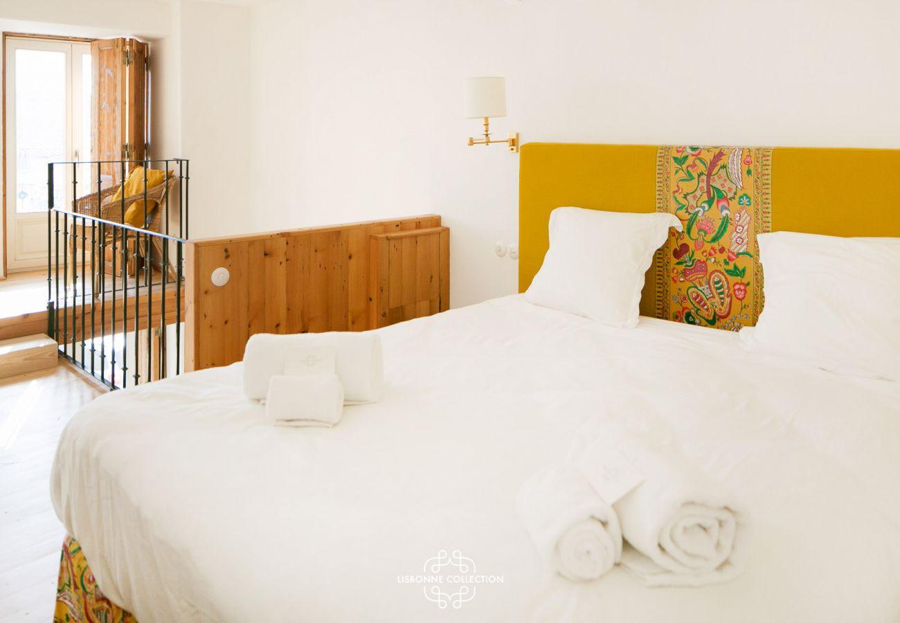 Chambre à l'étage de l'appartement à louer avec lit et bureau
