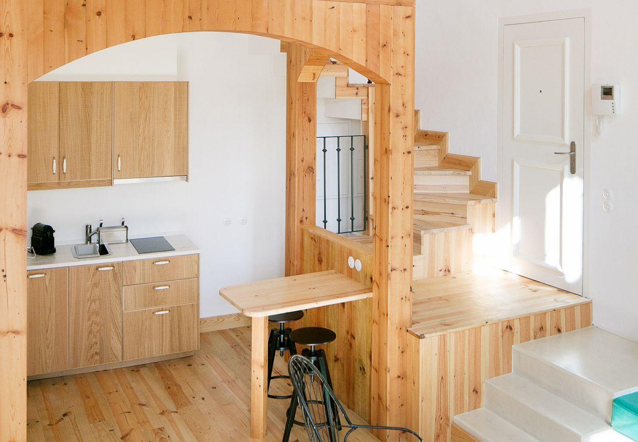 Cuisine rustique toute équipée avec accès à l'étage