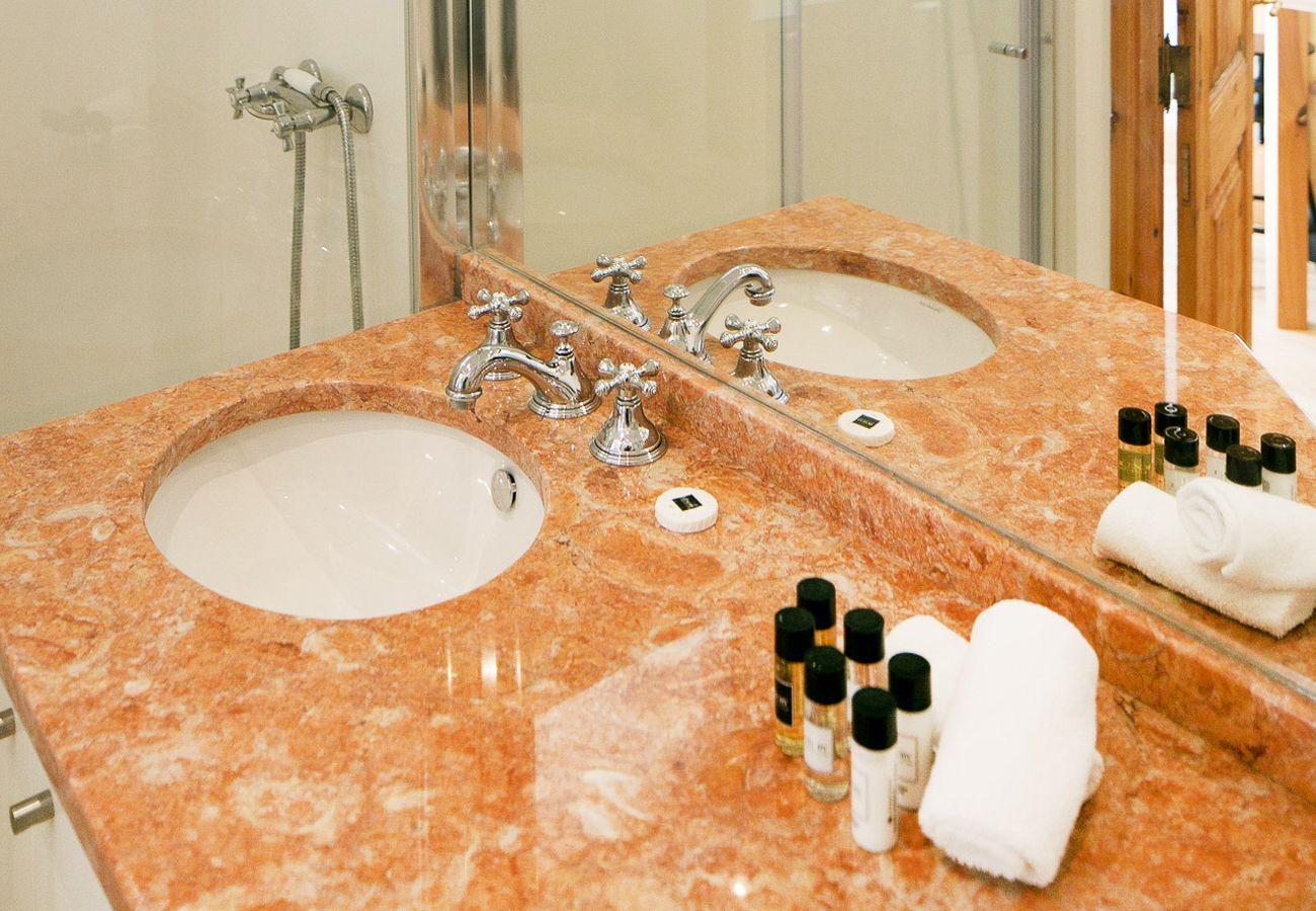 Salle de bain en marbre haut de gamme mise en location par Lisbonne Collection