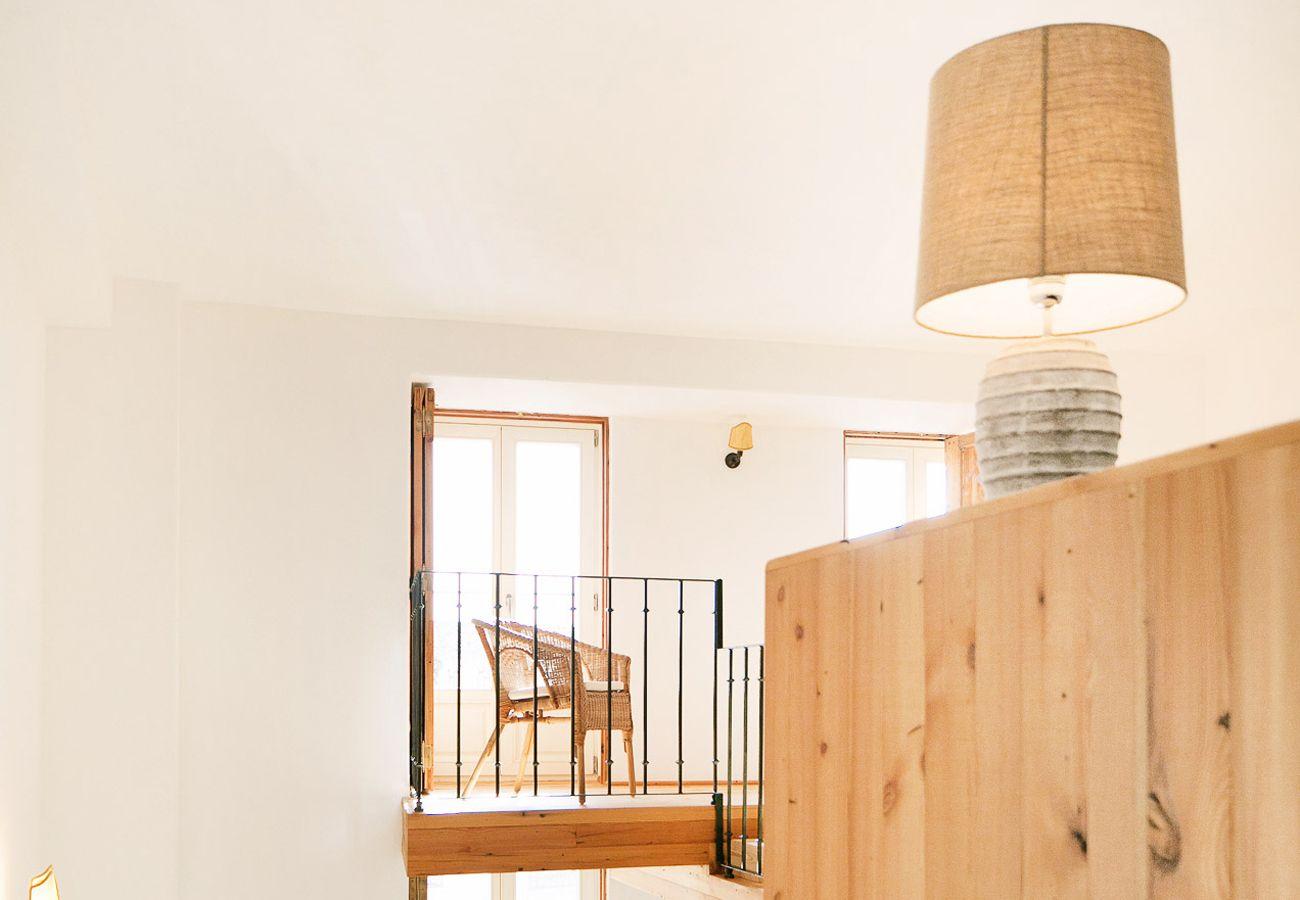 Balcon de la mezzanine avec vue sur le salon et la cuisine