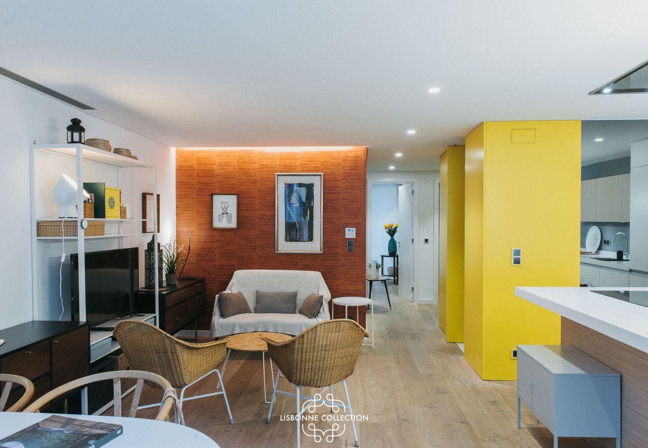 Salon salle-à-mangé et cuisine colorée toute équipée avec four à micro-onde