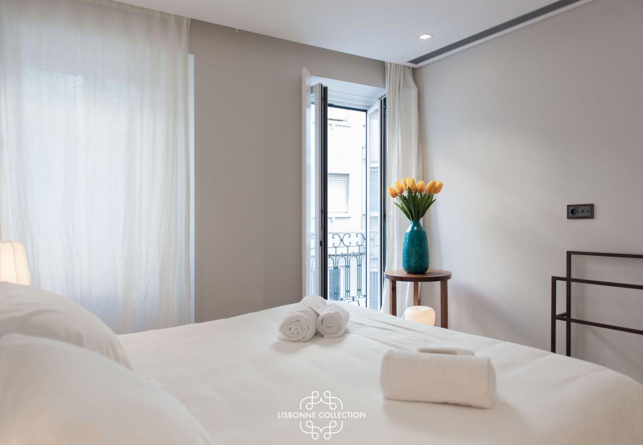 Terrasse à la décoration contemporaine relie les 2 parties de l'appartement à louer