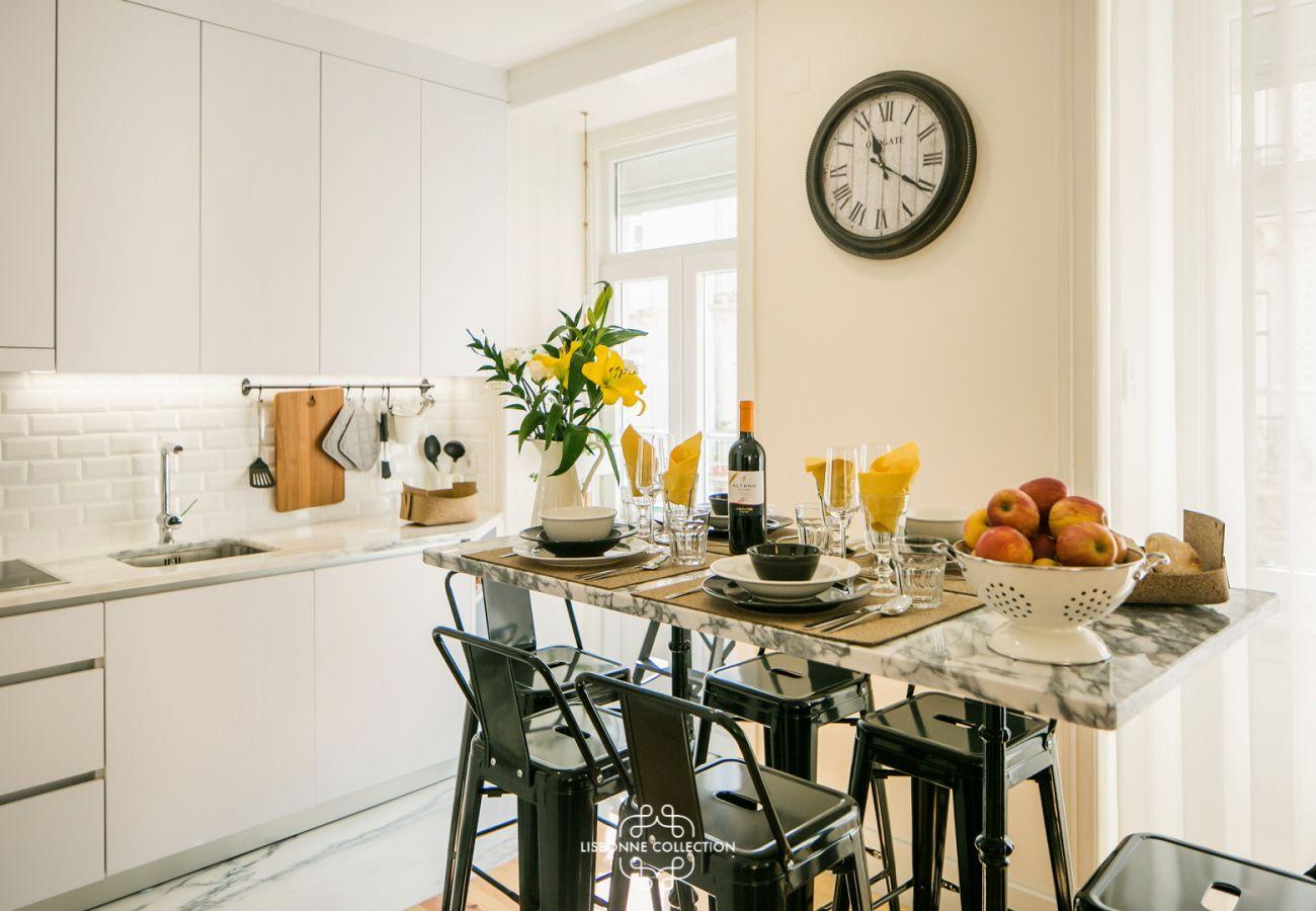 salle à manger cuisine avec table en marbre et horloge vintage