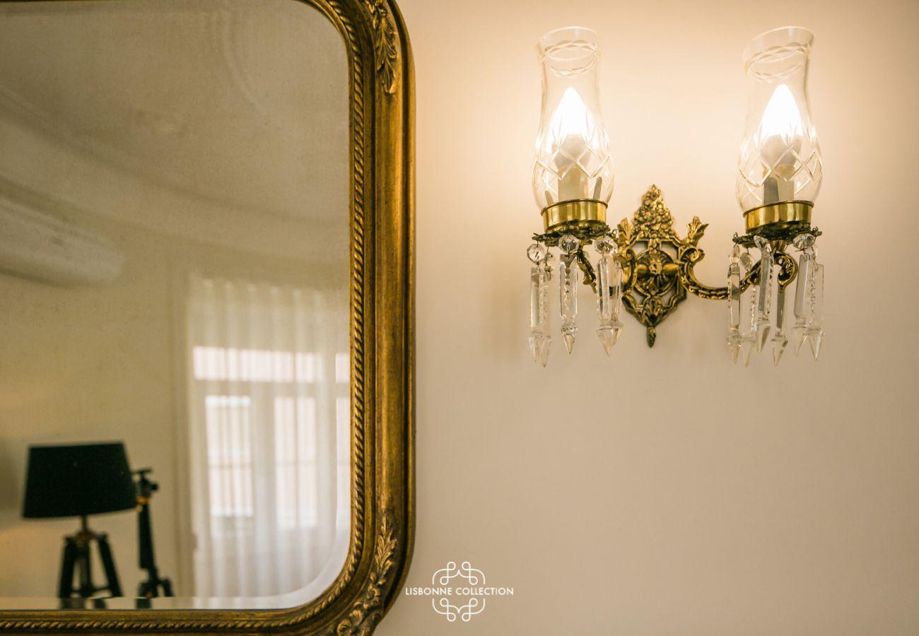 miroir ancien à côté d'une petite lampe en cristal