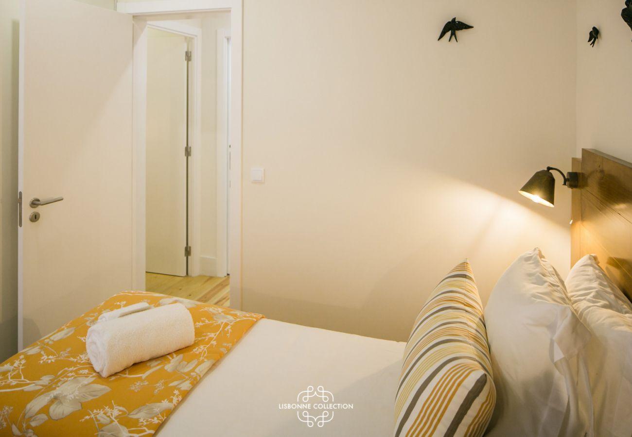chambre pour adultes avec grand lit 2 places