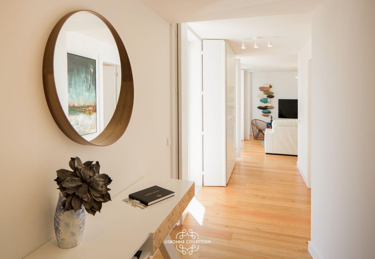 Corridor principal doté d'un grand miroir circulaire