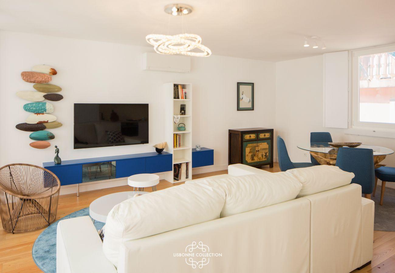Salon clair et vaste à la décoration couleur « bleu océan »