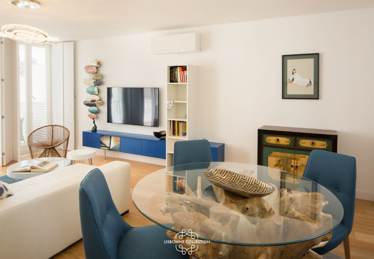 Gigantesque séjour avec mobilier estival couleur bleu mer