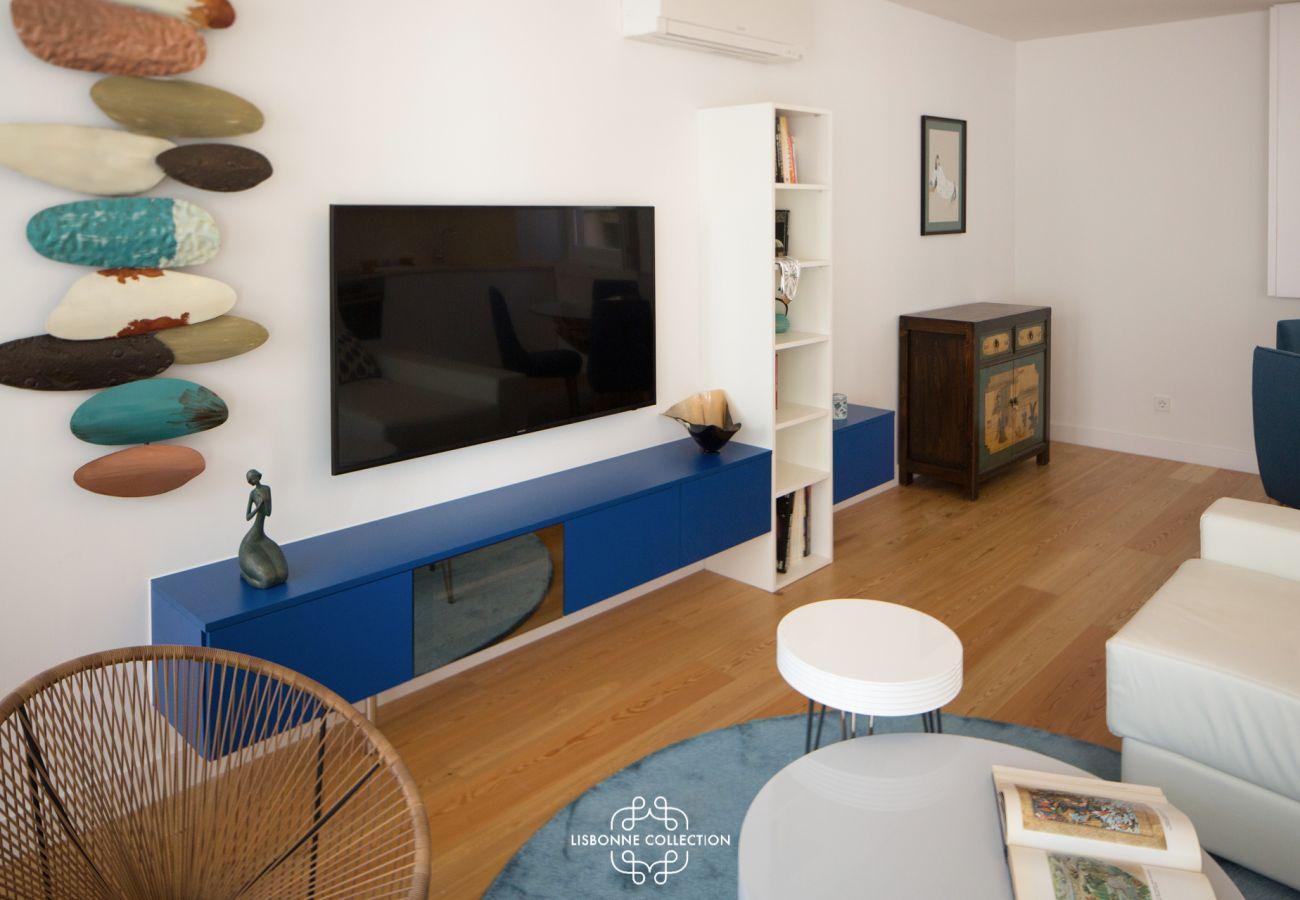 Meuble TV bleu avec grand écran-plat dans le centre ville de Lisbonne
