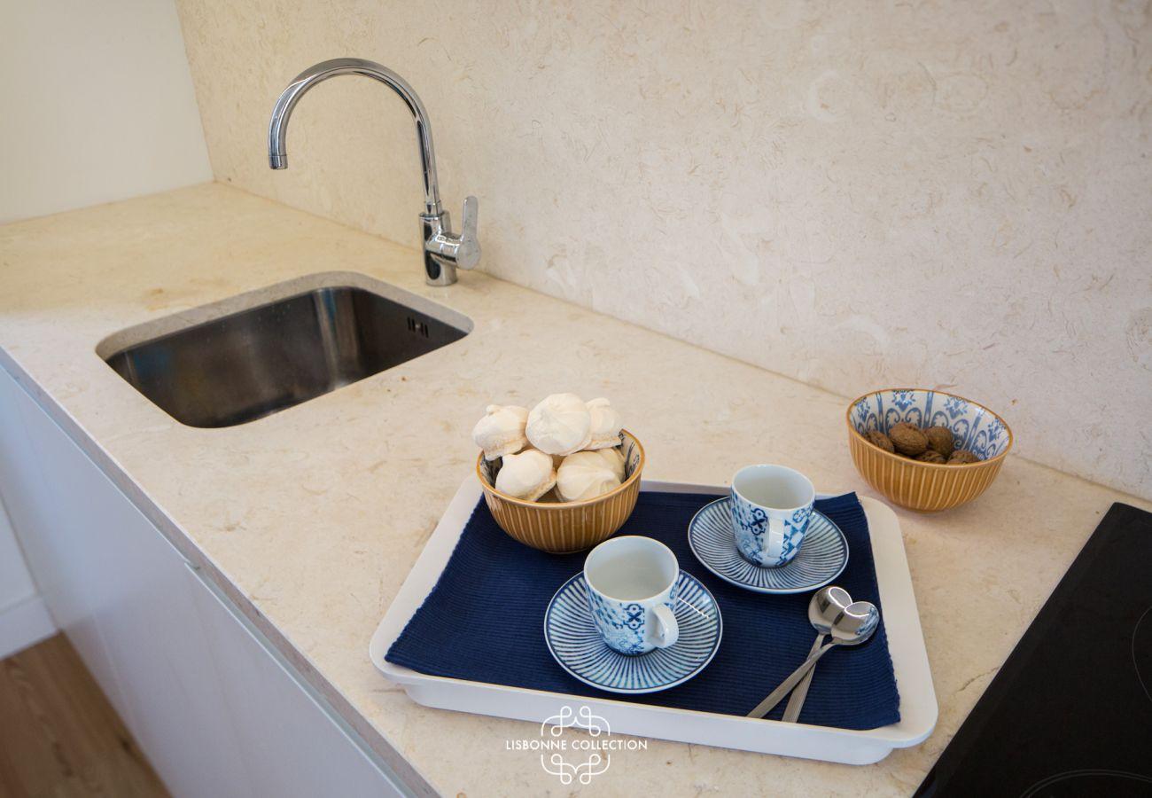 Cuisine avec un plan de travail en marbre beige