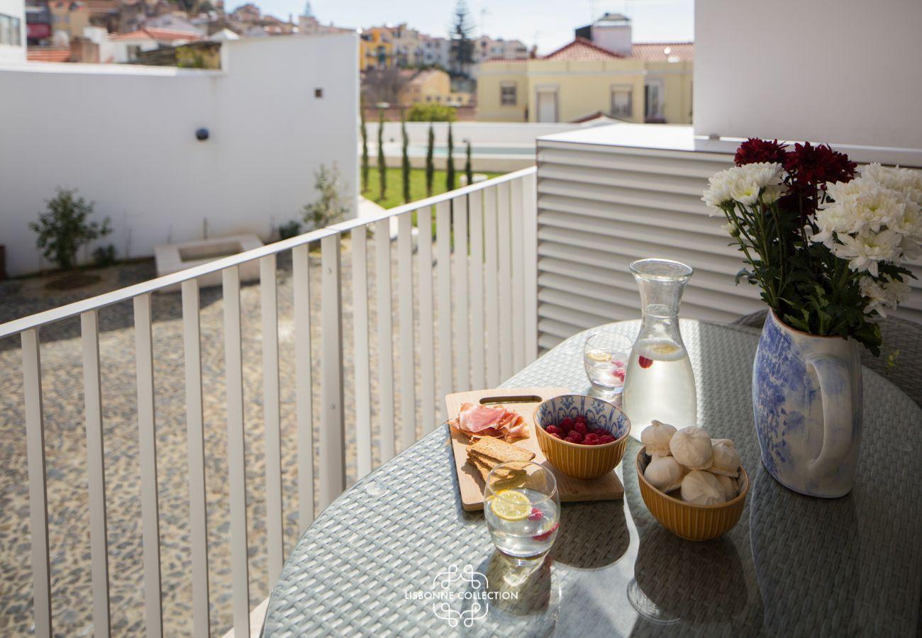 Balcon aménagé avec table pour prendre un bon petit-déjeuné complet