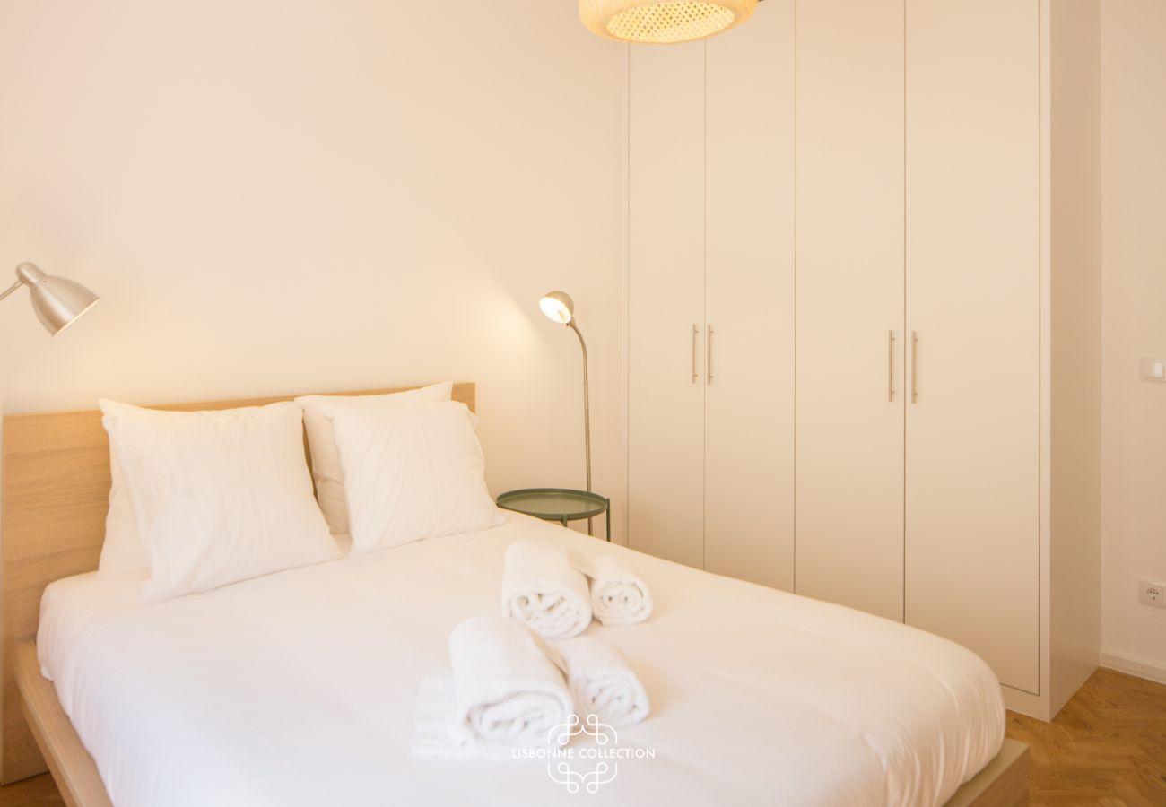 Grande chambre lumineuse avec lit double pour adultes