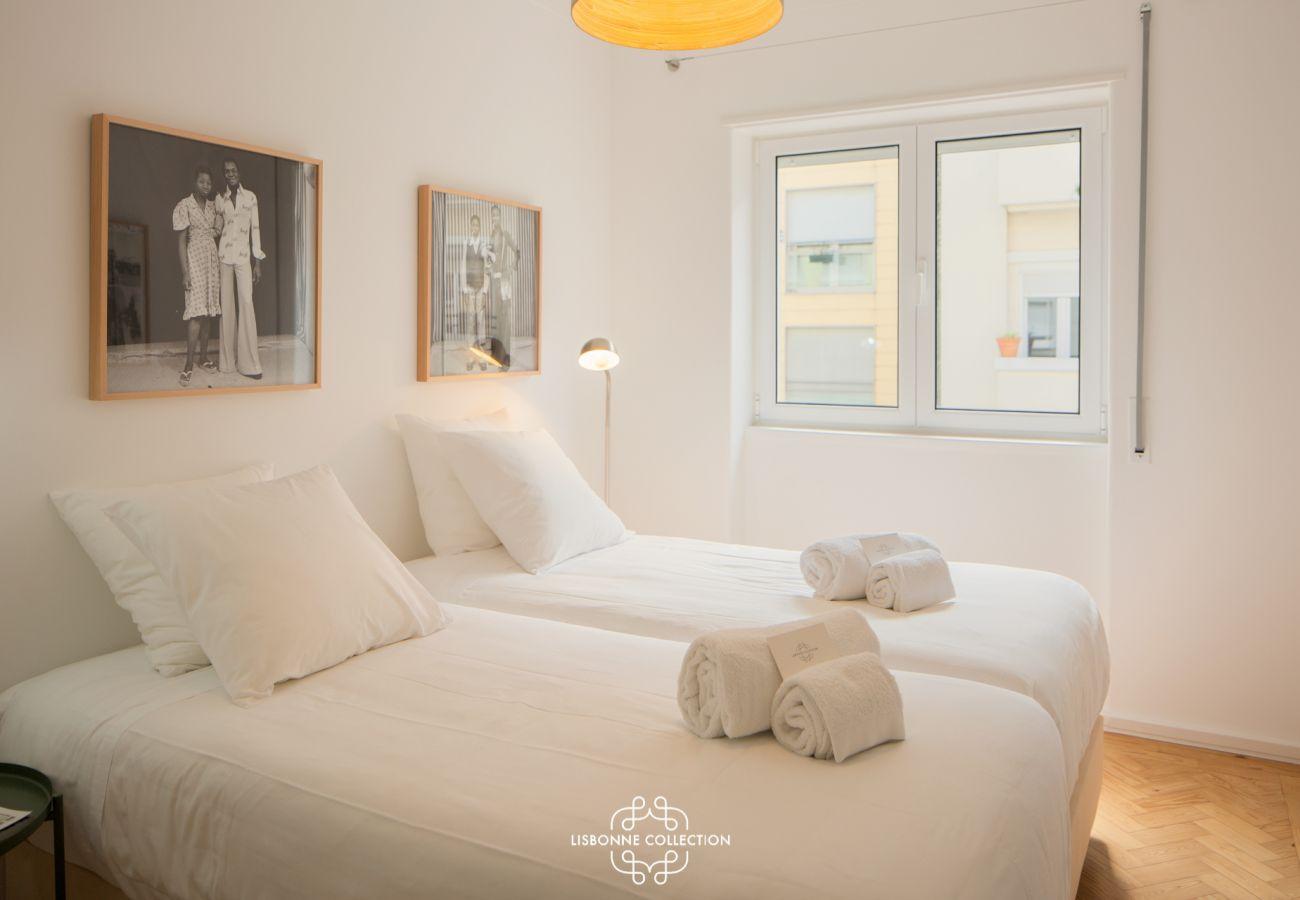 Grande chambre design avec deux lits simples à louer