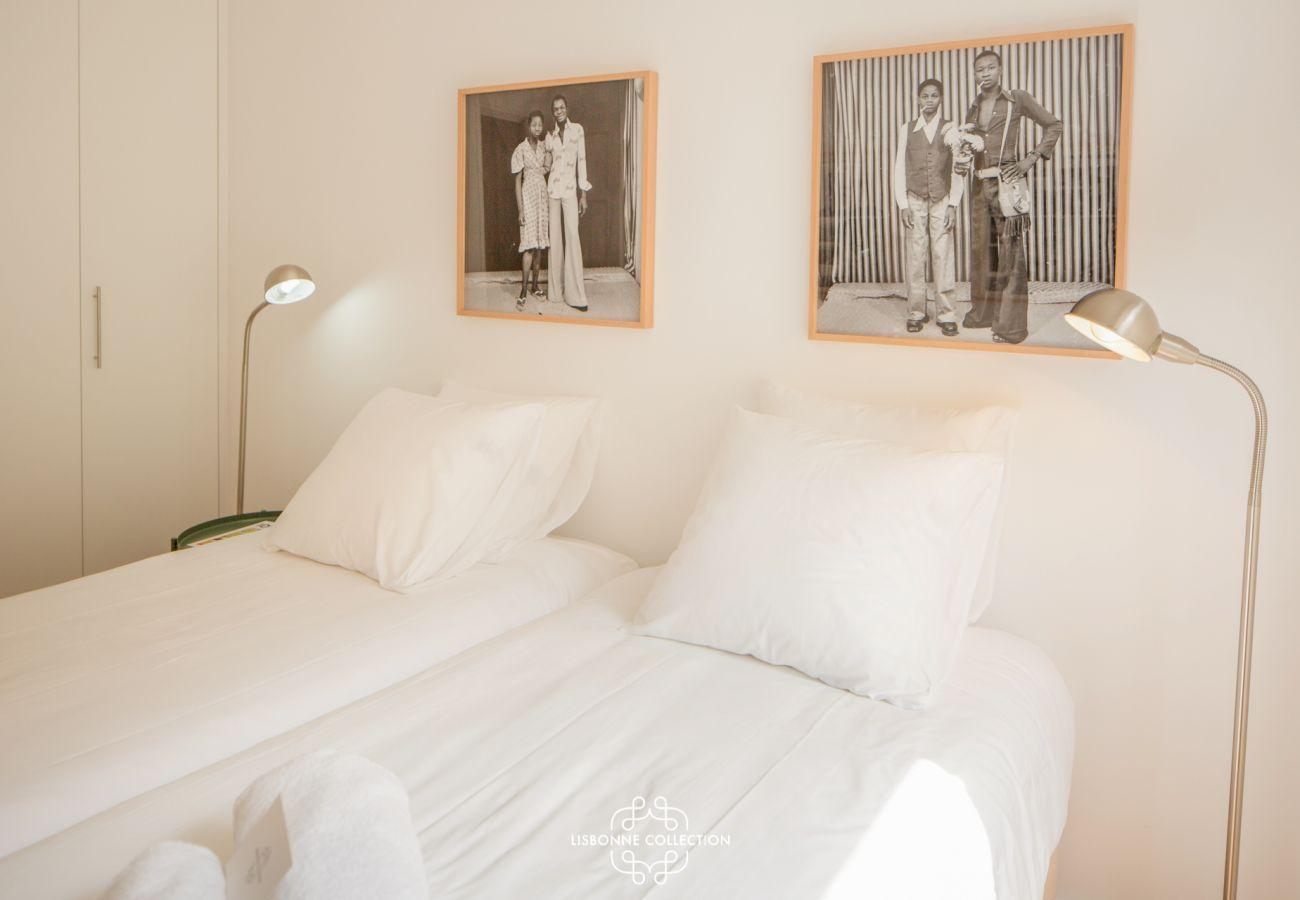 Grande chambre à la décoration sobre et blanche