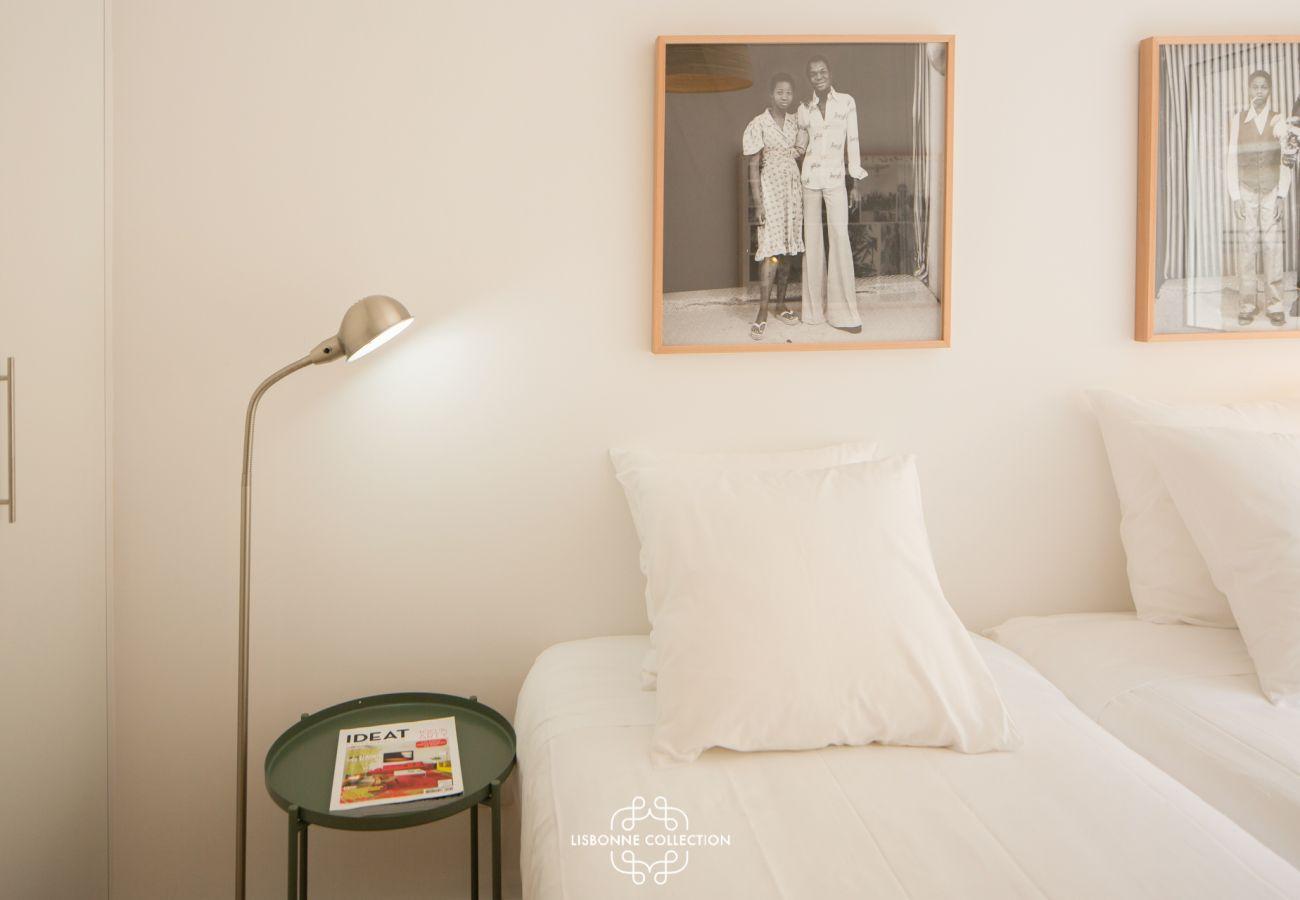 Couchage pour une personne, lampe et table de chevet dans le quartier de Graça