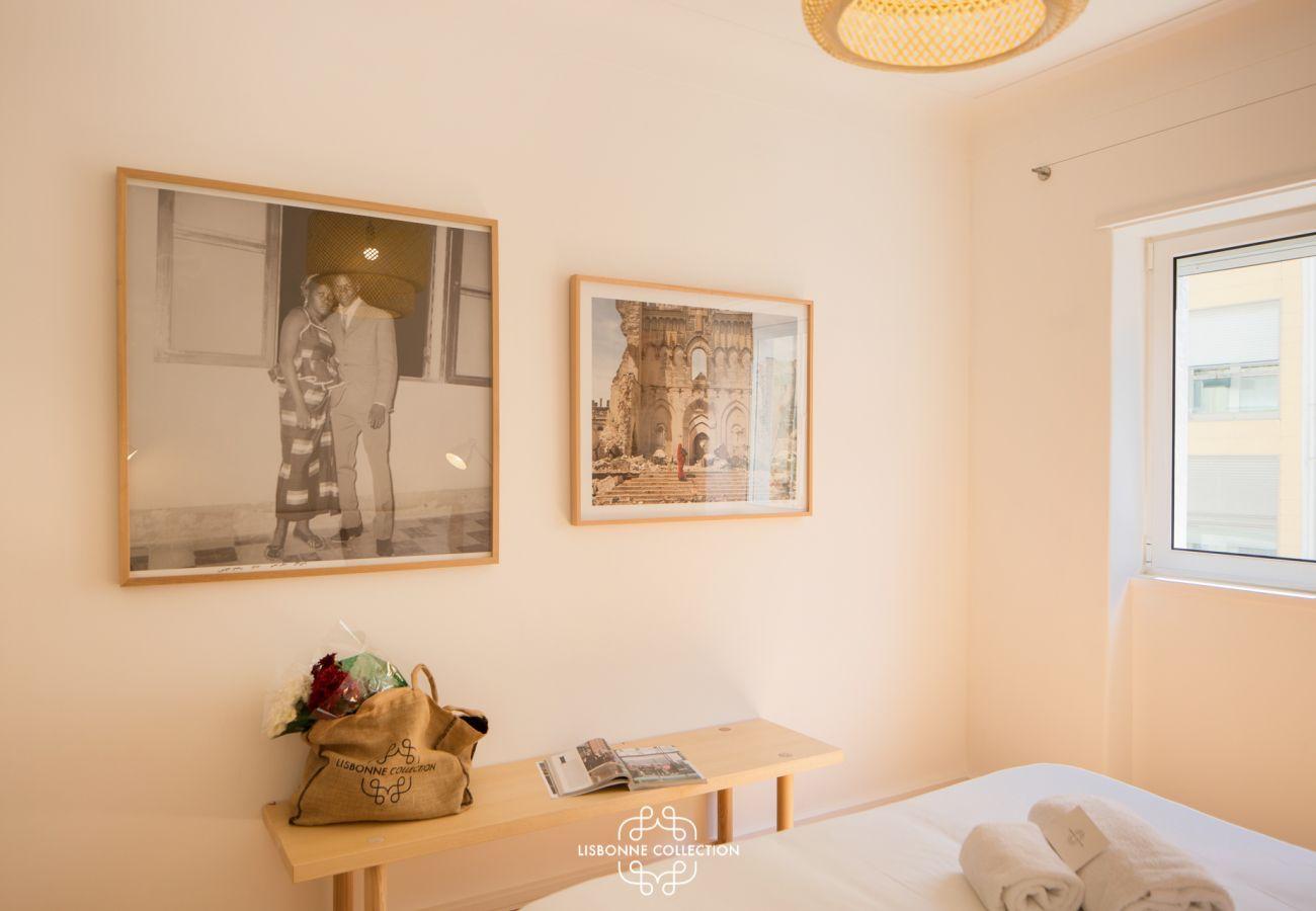 Décoration de la chambre pour adulte avec une console et des photos historiques