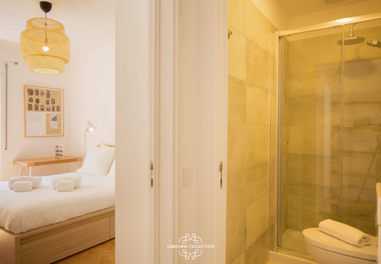 Suite avec grande salle de bain moderne et design