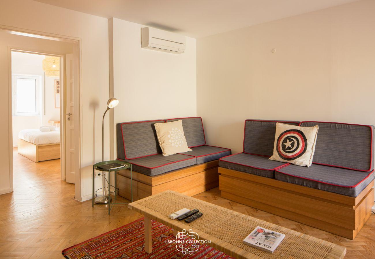 Grand salon ayant accès aux 2 chambres et à la cuisine