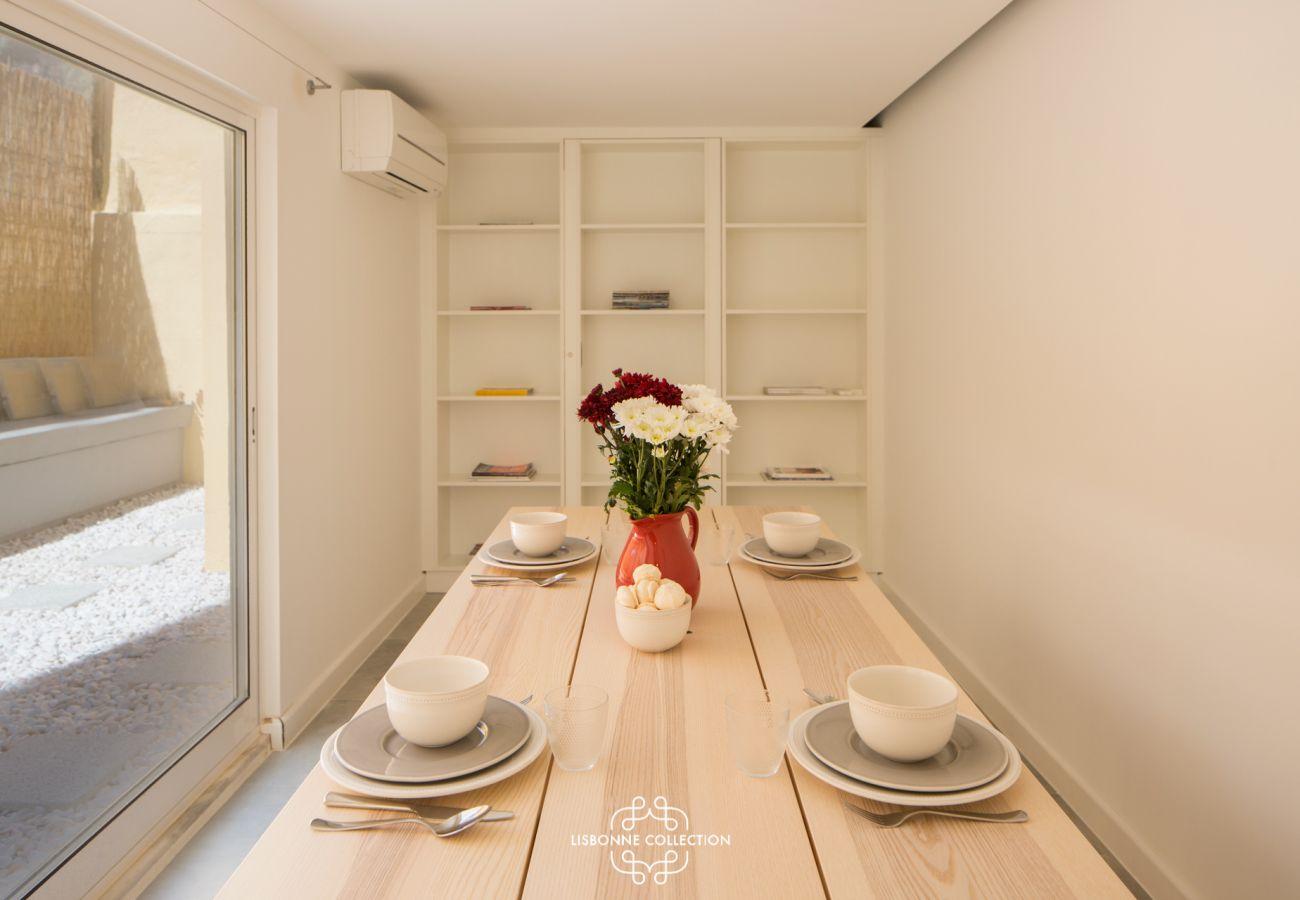 Vaste salle à manger avec baie vitrée donnant sur l'accès extérieur