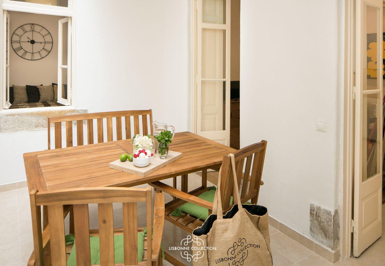 table pour diner et ouverture sur les autres pièces de l'appartement