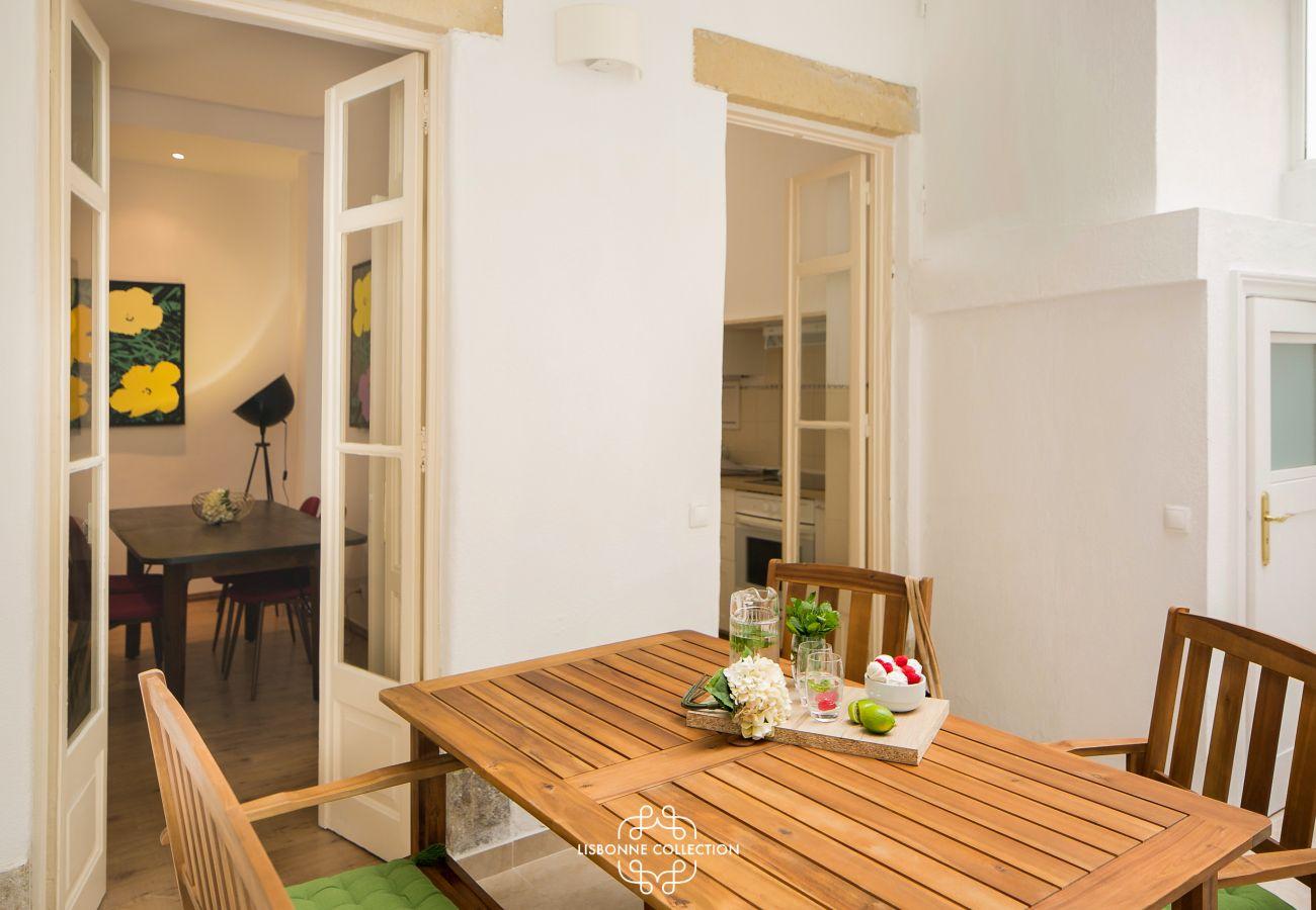 véranda de la salle à manger avec table et chaises en bois