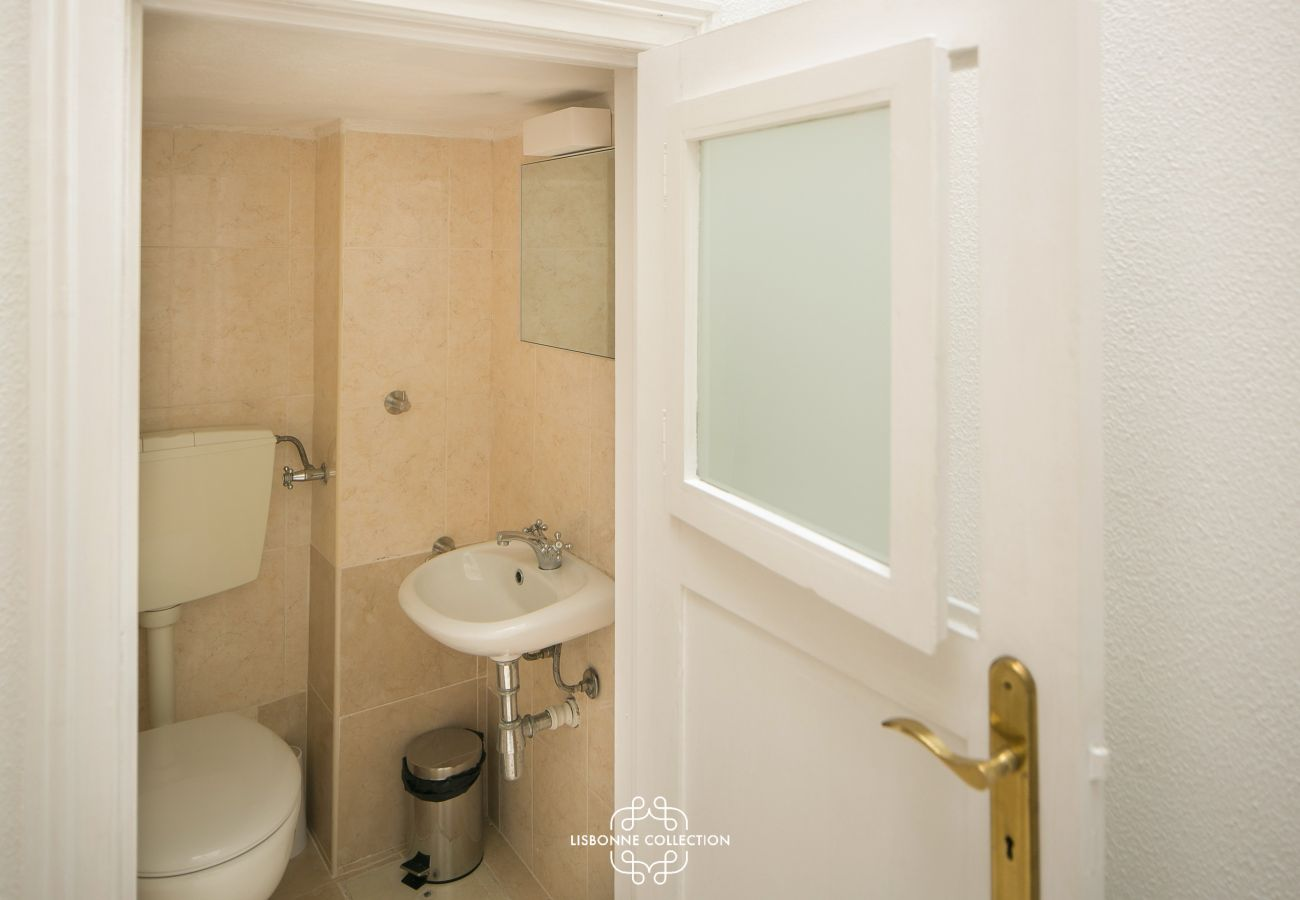 petite toilette typique avec porte en bois