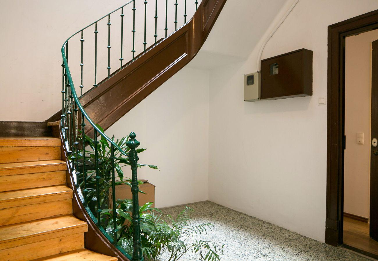 cage d'escalier de l'immeuble où se trouve l'appartement en location