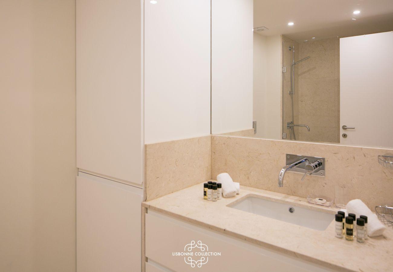 salle de bain tout équipée avec vasque en marbre