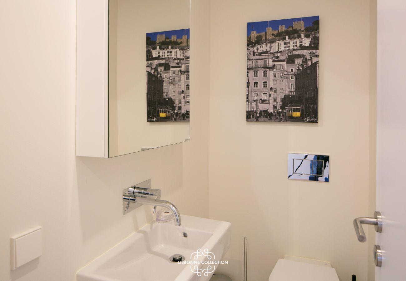toilette séparée de la salle d'eau dans l'appartement