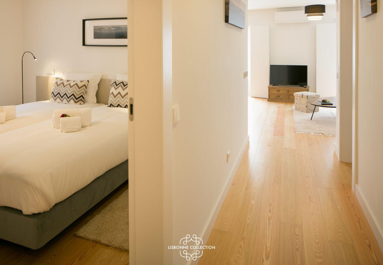 Couloir principal avec accès sur le salon et la chambre