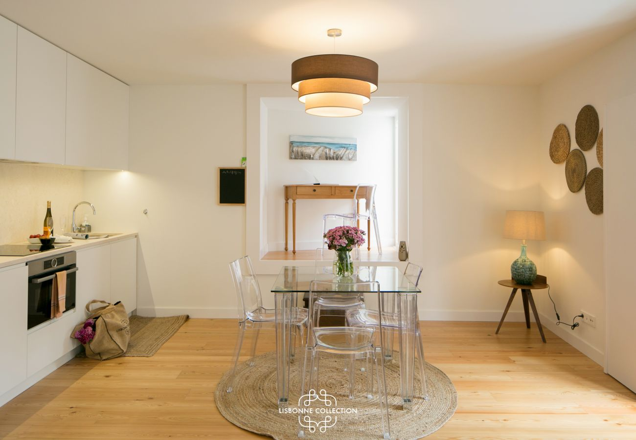 Cuisine salle à manger blanche avec petit bureau au fond de la pièce