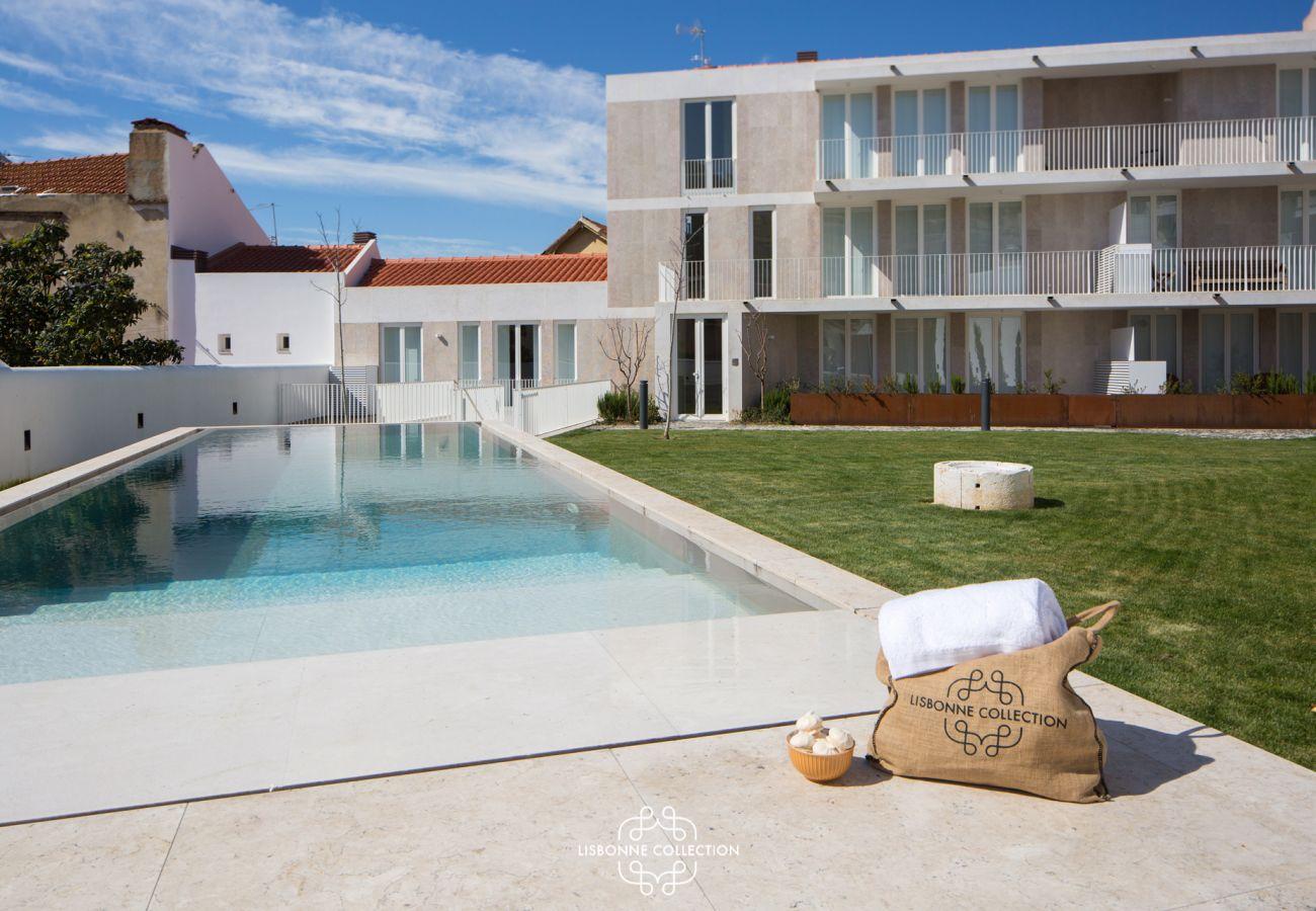 Somptueuse piscine bleu avec sac en paille posé à côté