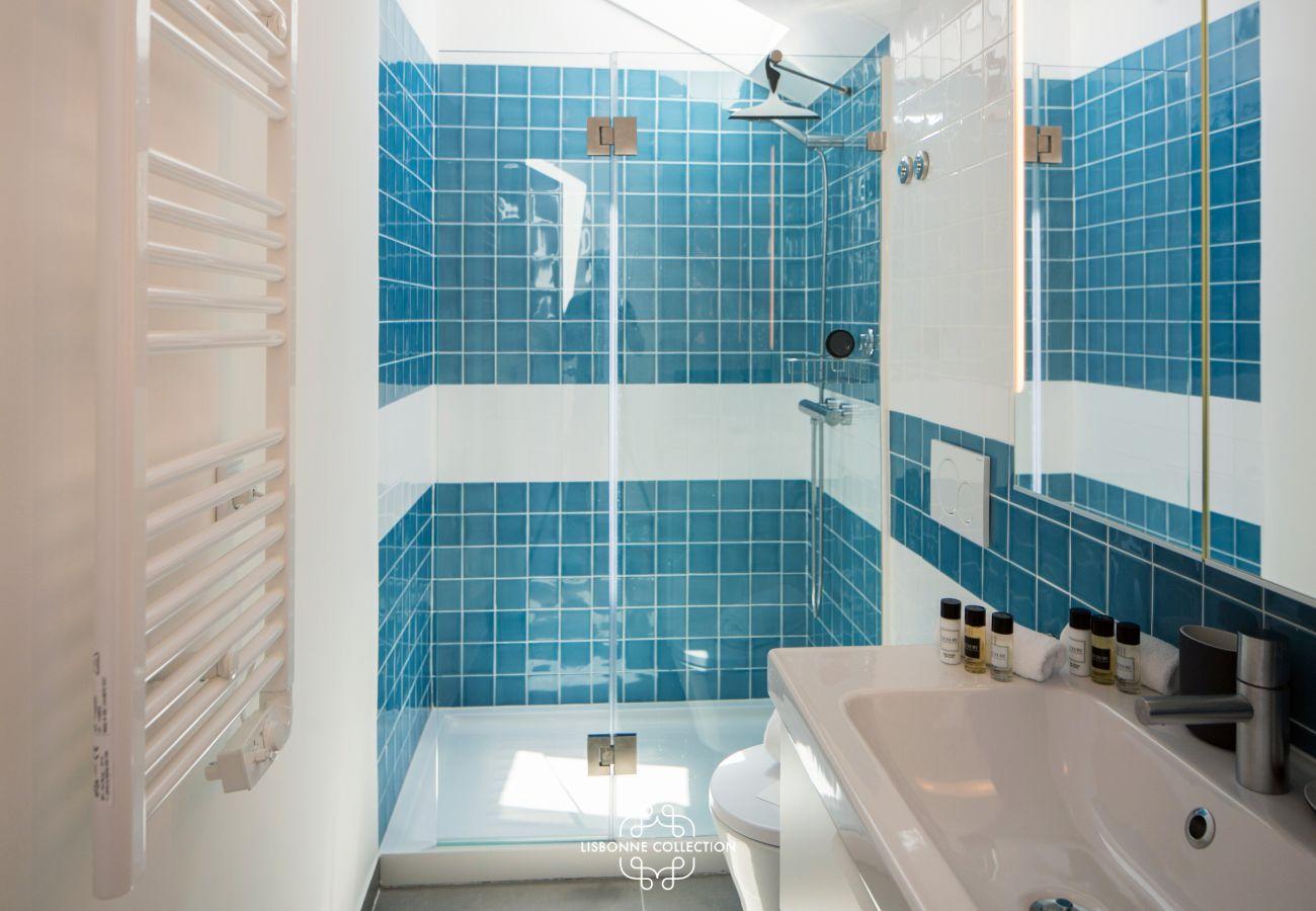 salle de bain avec baignoire de couleur bleue