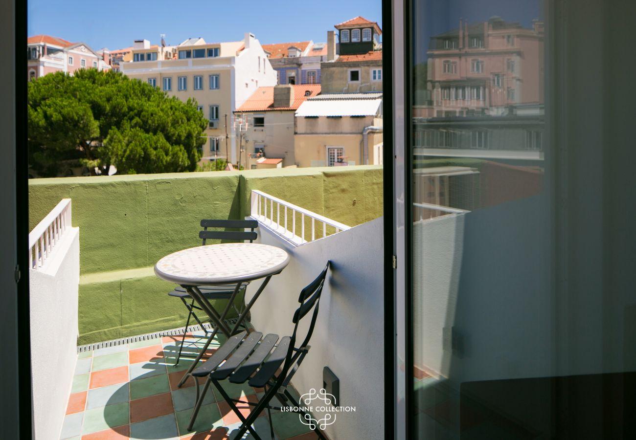 petite esplanade extérieure aménagée avec table et chaise