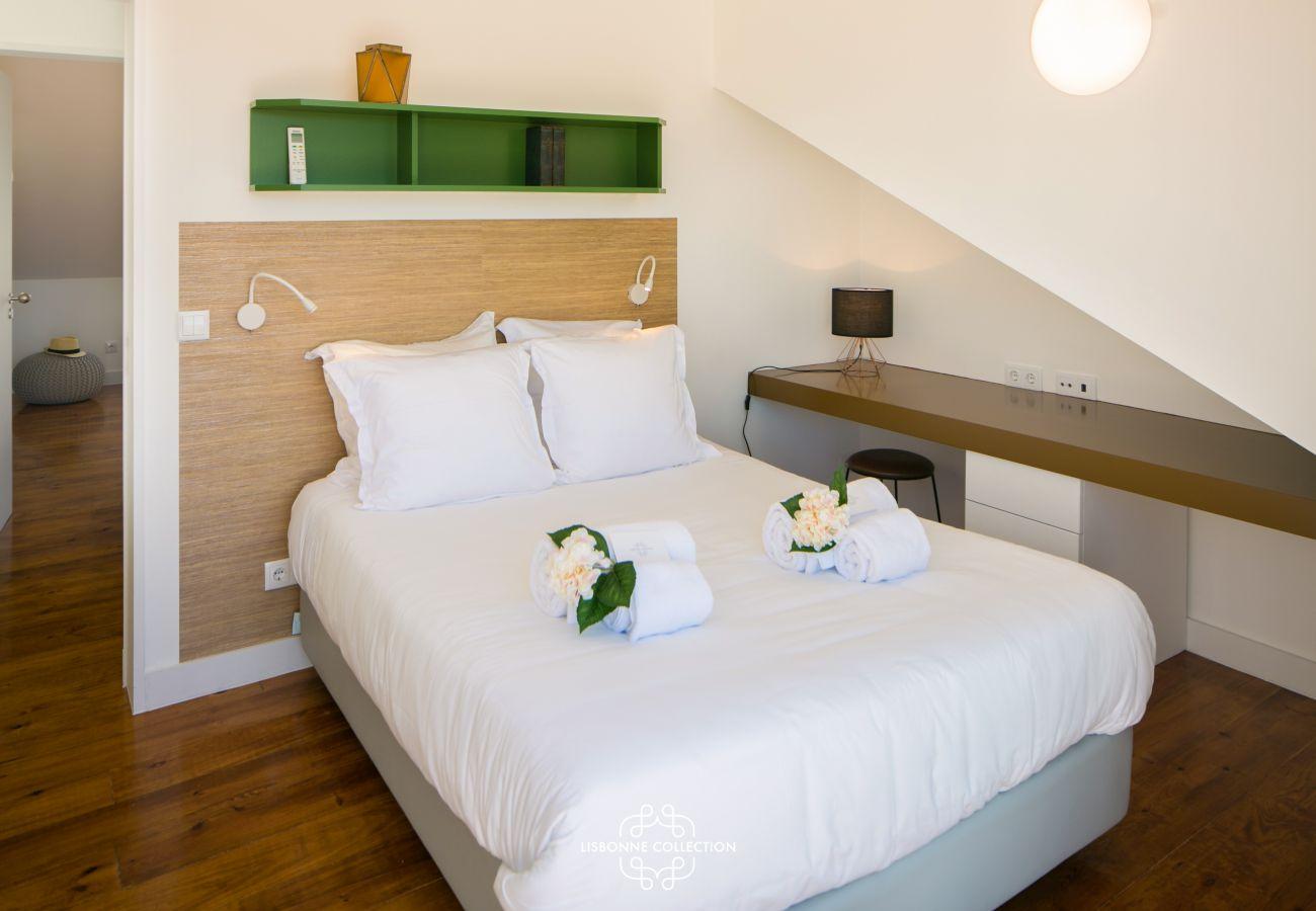 chambre avec lit 2 places et bureau sous le toit