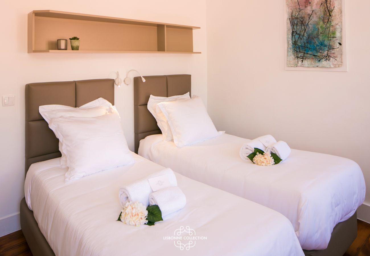 chambre pour 2 personnes avec serviettes pliées sur le lit