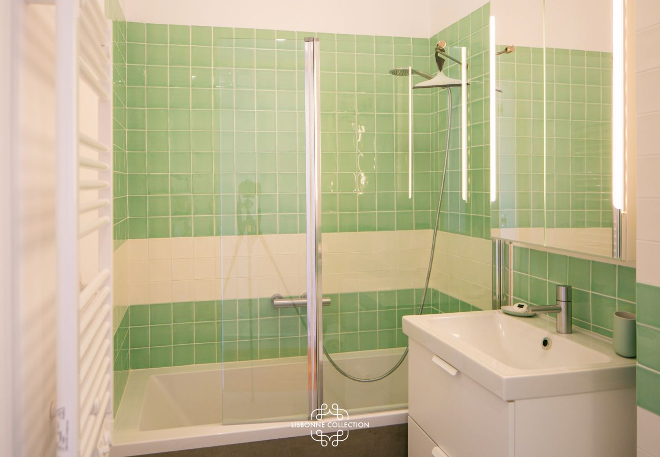 salle de bain avec une baignoire de couleur verte
