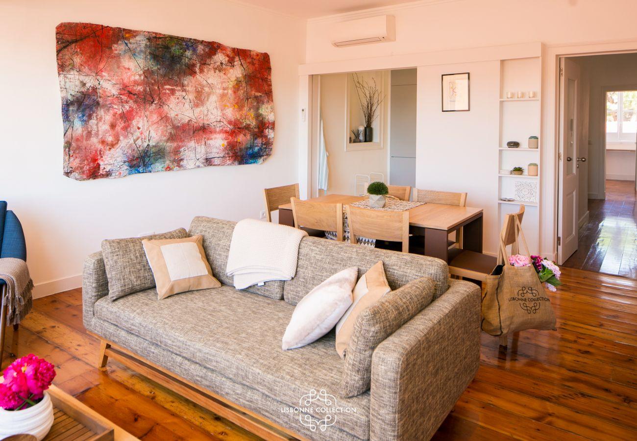canapé de la pièce à vivre à coté d'une toile d'art abstrait