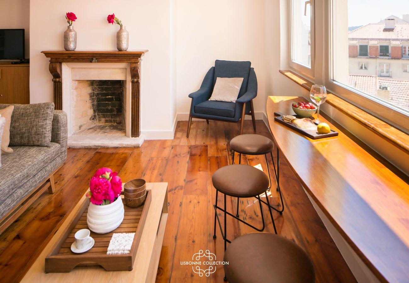 appartement duplex équipé d'une cheminée dans le salon