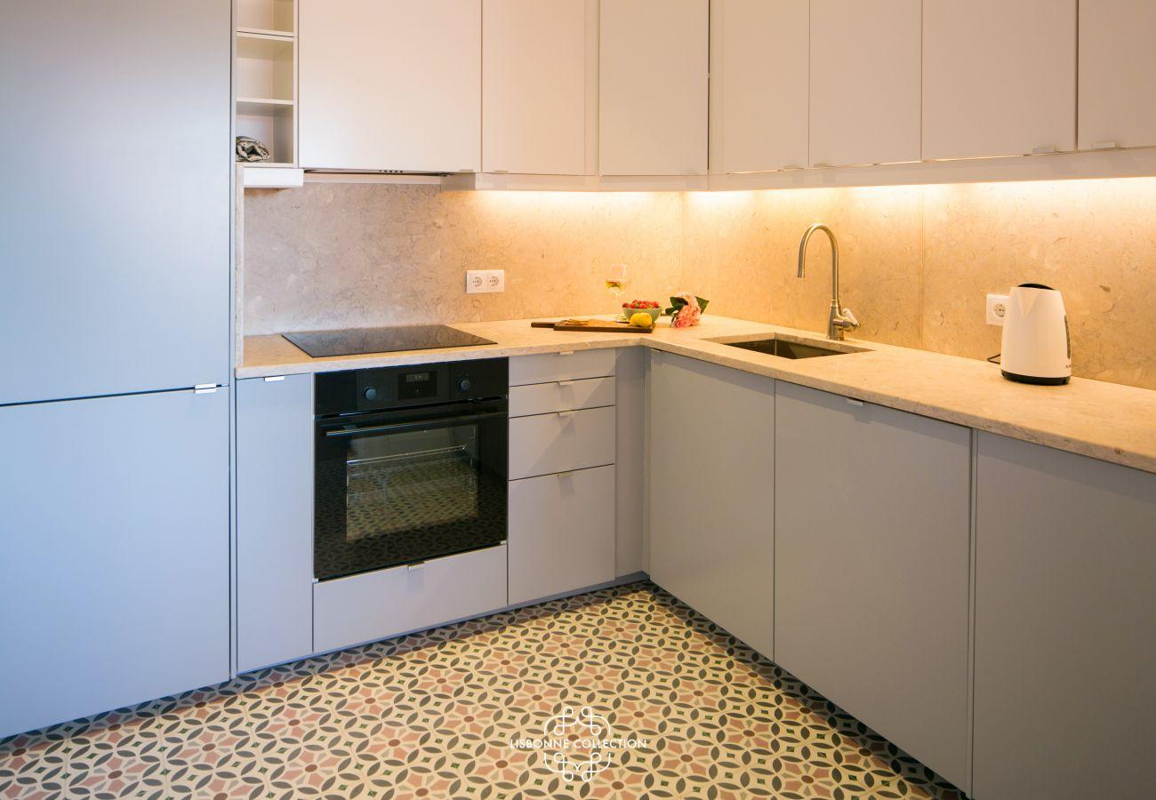 cuisine en d'azulejos munie d'un four et d'une plaque de cuisson